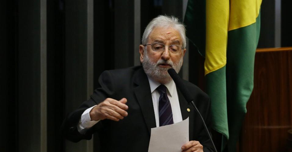 """16.abr.2016 - Deputado Ivan Valente (PSOL-SP), em seu discurso na Câmara, lembra posição de seu partido de oposição ao PT. Mesmo assim, reforça críticas ao presidente da casa, Eduardo Cunha (PMDB-RJ). """"Por isso, nós entendemos que, diferente da ideia da golpista Fiesp, quem é a favor do impeachment, não é contra a corrupção"""", assegura. """"Queremos justiça, verdade e punição, doa a quem doer"""