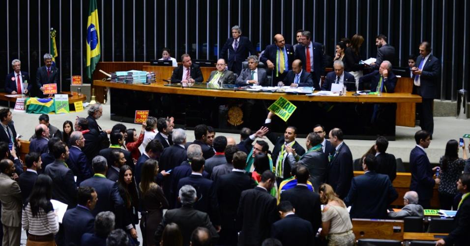 17.abr.2016 - Deputados se reúnem para votar o processo de impeachment da presidente Dilma Rousseff no plenário da Câmara, em Brasília. Se houver 342 votos favoráveis (dois terços do total de deputados), a Câmara autoriza o Senado a abrir um processo de julgamento da presidente pelos supostos crimes de responsabilidade, tipo de infração política que pode levar ao impeachment