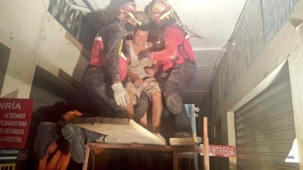 Sobrevivente resgatado em Tarqui, Equador