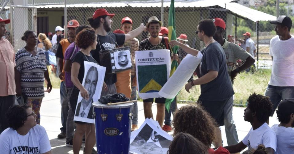 26.abr.2016 - Integrantes do MST se concentram para a Marcha pela Democracia, em Belo Horizonte (MG), contra o impeachment da presidente Dilma Rousseff
