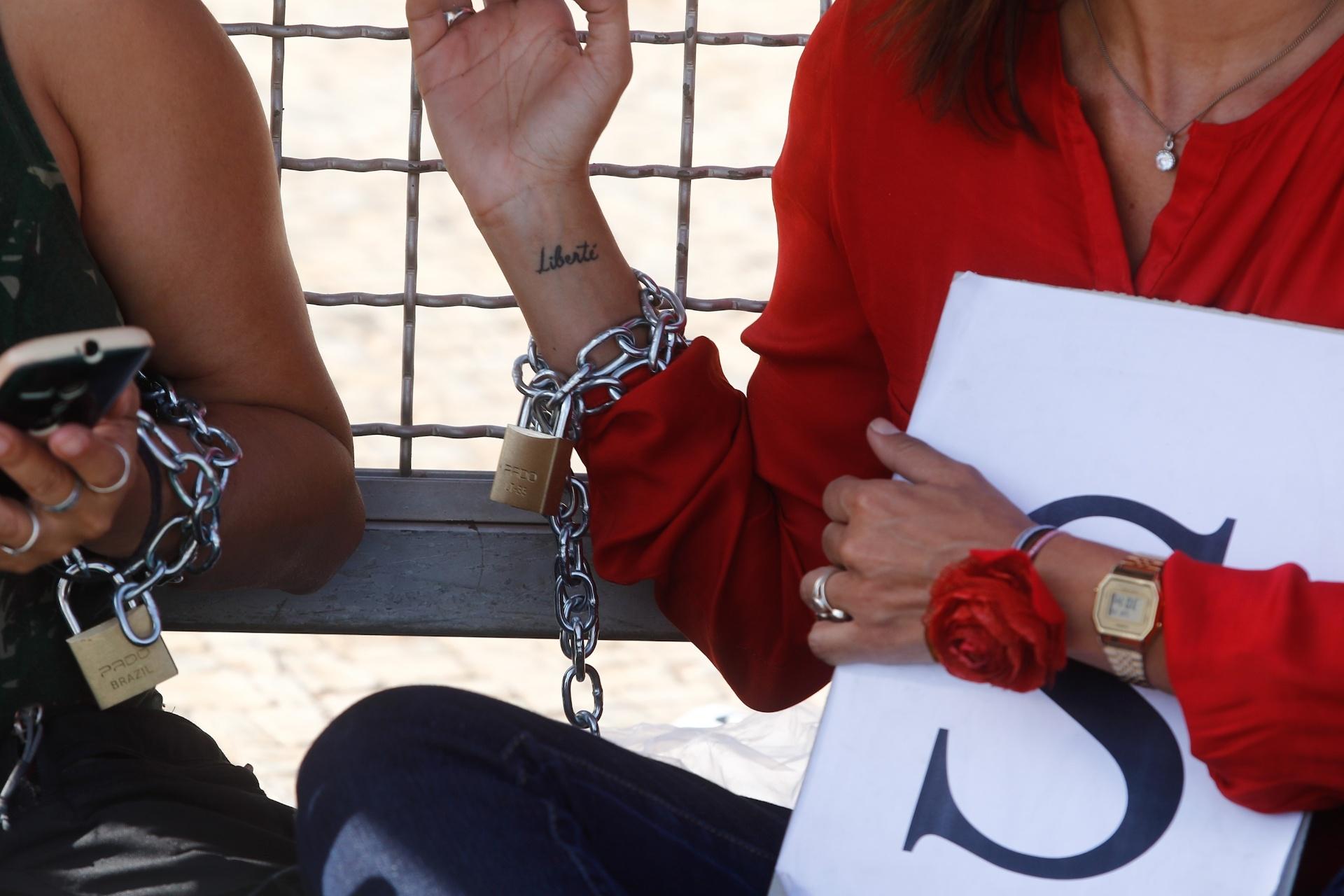12.mai.2016 - Mulheres contrárias ao impeachment da presidente afastada, Dilma Rousseff, se acorrentam em grade do Palácio do Planalto, em Brasília. O grupo, formado por cerca de 30 pessoas, afirmou que
