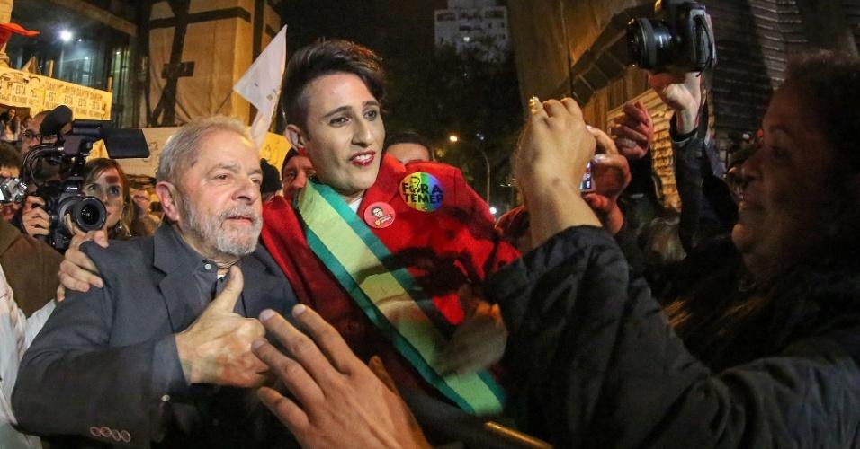 10.jun.2016 - O ex-presidente Luiz Inácio Lula da Silva posa para foto com manifestante vestido como a presidente afastada Dilma Rousseff durante ato contra o governo do presidente interino Michel Temer, na avenida Paulista, região central de São Paulo