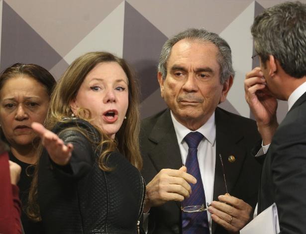 Os senadores Fatima Bezerra (PT-RN) (á esq.), Vanessa Grazziotin (PC do B-AM) (centro) e Lindbergh Farias (PT-RJ) (de costa) são alguns dos que assinam o voto em separado