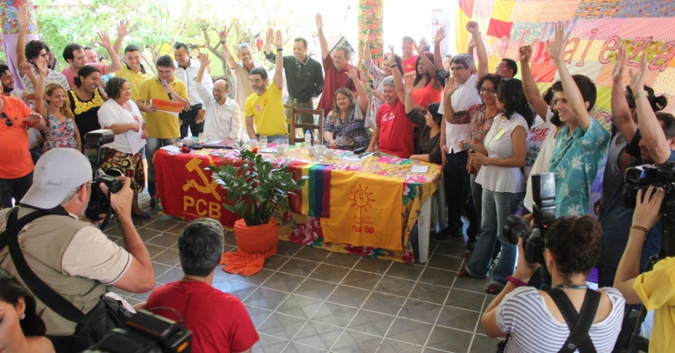 4.ago.2016 - O vereador João Alfredo (de amarelo) foi homologado, neste domingo, como candidato da Frente de Esquerda Socialista (PSOL e PCB) à Prefeitura de Fortaleza. Raquel Lima (PCB) integra a chapa como vice