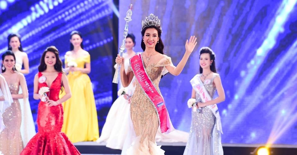 29.ago.2016 - A recém-coroada Miss Vietnã 2016, Do My Linh (à frente), acena para o público durante a final do concurso na cidade de Ho Chi Minh. Do My Linh, uma estudante de 20 anos de Hanói, foi nomeada a rainha da beleza do país após ganhar o concurso que promove beleza, bondade e conhecimento