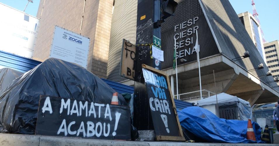 """29.ago.2016 - Manifestantes pró-impeachment seguem acampados em calçada ao lado da Fiesp (Fundação das Indústrias do Estado de São Paulo), na avenida Paulista, em São Paulo (SP). O grupo denominado """"verde-amarelo"""" está acampado no local desde o início do processo de impeachment da presidente afastada Dilma Rousseff. Segundo uma placa colocada entre as barracas, os manifestantes estão no local há 151 dias"""