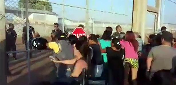Familiares de detentos da Penitenciária Agrícola de Monte Cristo, em Boa Vista (RR), protestam durante rebelião
