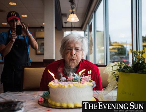 Zoeiro esse McDonald's, não? Com 100 anos, ela comerá lanches por pouco tempo...