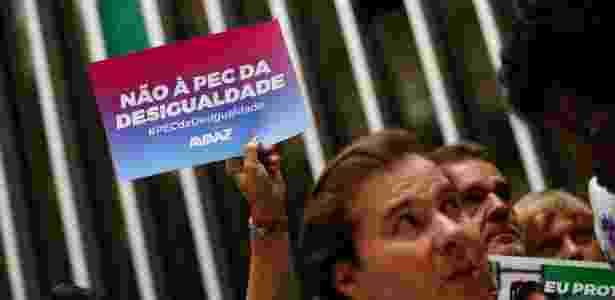 Deputados de oposição entregaram a Rodrigo Maia (DEM-RJ) caixas simbolizando milhares de assinaturas contra a PEC do teto - Pedro Ladeira - 25.out.2016/Folhapress