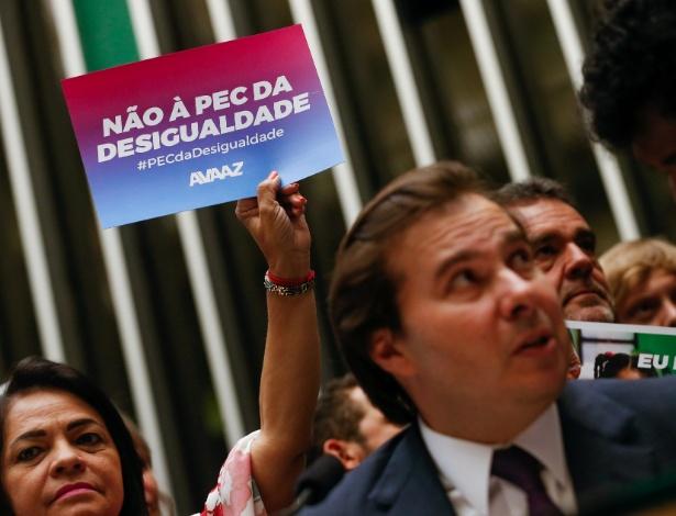 Deputados de oposição entregaram ao presidente da Casa, Rodrigo Maia (DEM-RJ), caixas simbolizando milhares de assinaturas contra a PEC do teto de gastos, colhidas numa petição online feita pelo Avaaz