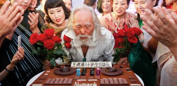 Wang Deshun comemora seu aniversário de 80 anos, em Pequim