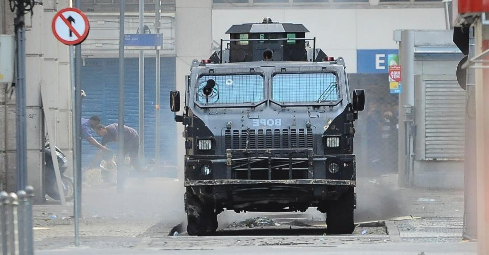 9.fev.2017 - Veículo blindado do Bope (Batalhão de Operações Especiais) da Polícia Militar do Rio trafega por ruas do Centro do Rio durante confronto entre policiais e manifestantes nas imediações da Alerj