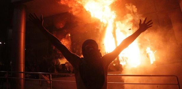 Centenas de manifestantes atearam fogo no Congresso do Paraguai após aprovação de emenda constitucional que permite a reeleição