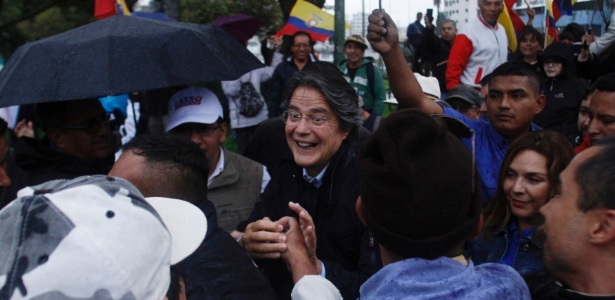 Guillermo Lasso (centro), candidato derrotado nas eleições presidenciais do Equador, caminha entre simpatizantes após apresentar recurso sobre o resultado final, em Quito