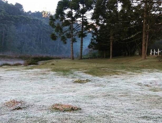 Gramado fica branco com geada em Monte Verde, distrito de Camanducaia, no Sul de MG