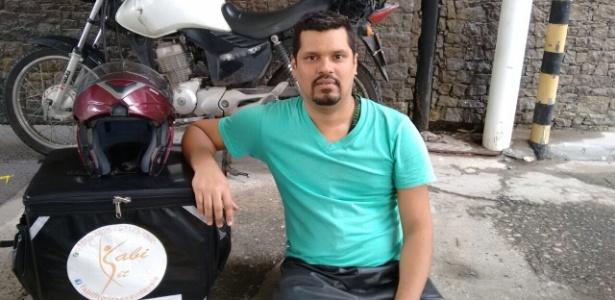 O auxiliar administrativo Luciano Marques faz entrega de quentinhas no Rio
