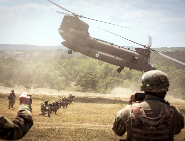Militares treinam em campo de treinamento na Bulgária