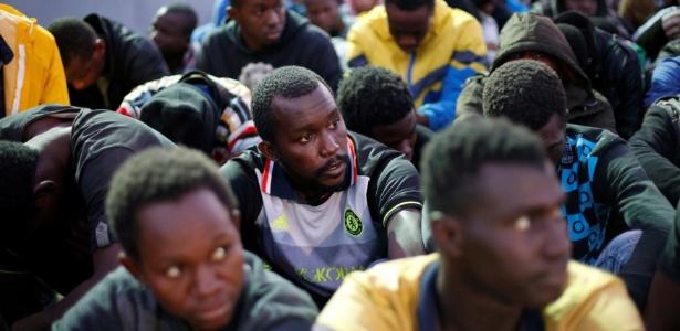 Migrantes africanos chegam à base naval de Trípoli, na Líbia