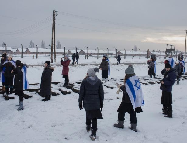 Visitantes usam a bandeira de Israel no museu do antigo campo de concentração de Auschwitz-Birkenau em Oswiecim, Polônia