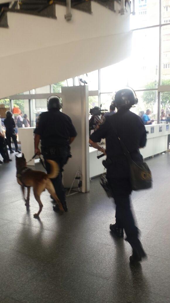 14.mar.2018 - 14.mar.2018 - A GCM dispersou com bombas de efeito moral professores da rede pública que protestam nesta quarta-feira na Câmara Municipal de São Paulo