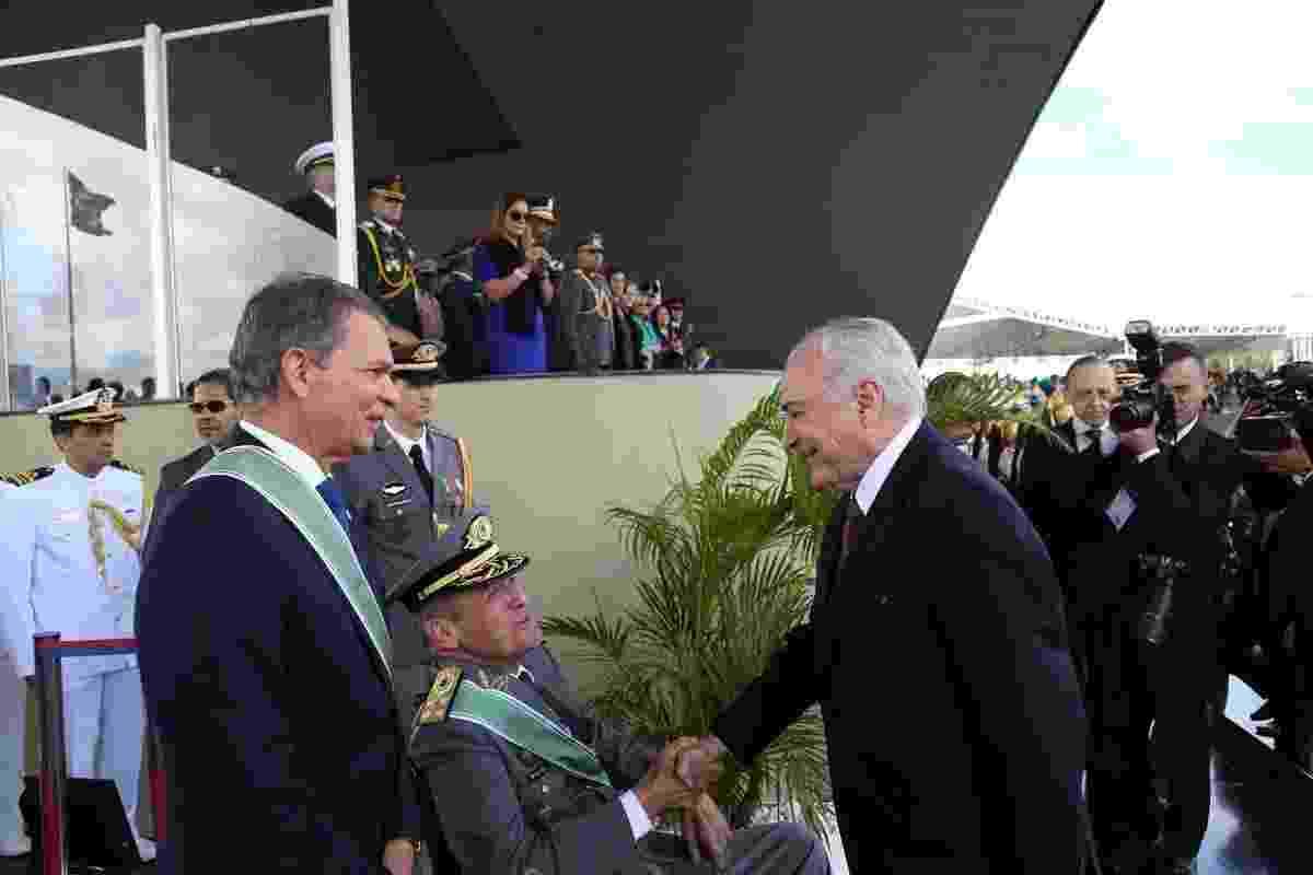 19.abr.2018 - Presidente Michel Temer cumprimenta o comandante do Exército, general Eduardo Villas Boas, durante cerimônia em comemoração ao Dia do Exército, em Brasília - Reprodução/Twitter