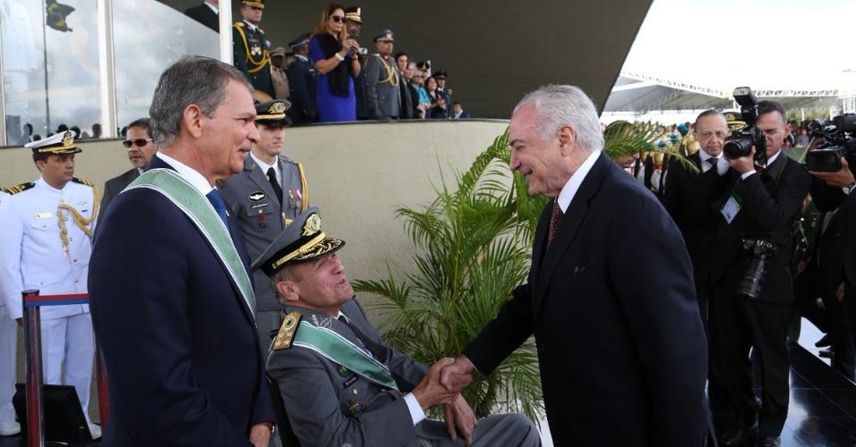 19.abr.2018 - Presidente Michel Temer cumprimenta o comandante do Exército, general Eduardo Villas Boas, durante cerimônia em comemoração ao Dia do Exército, em Brasília
