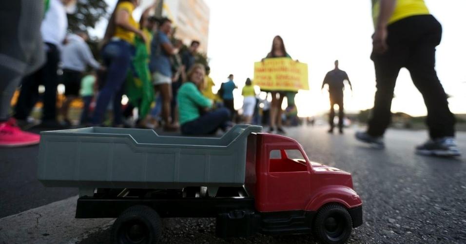 """27.mai.2018 - Caminhão de brinquedo """"estacionado"""" na praça dos Três Poderes, em Brasília, durante protesto de motoristas de guincho, neste domingo (27), pelo fim dos impostos que incidem sobre o diesel"""