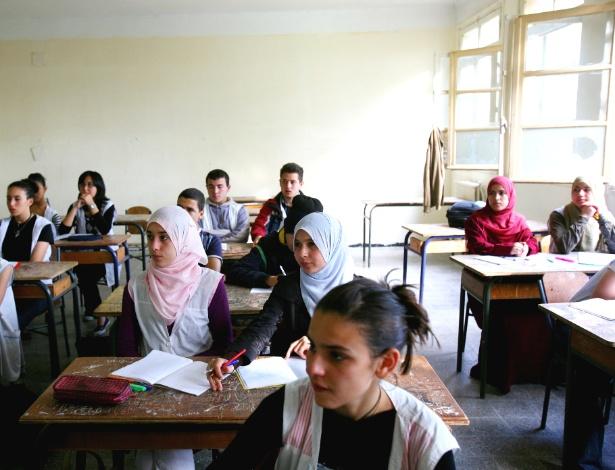 Estudantes em escola secundária de Algiers, na Argélia