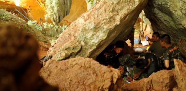Equipes de resgate descansam próximo à caverna de Tham Luang, ao norte da Tailândia, onde prosseguem as operações de busca por 12 adolescentes e um adulto