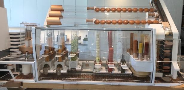 Robozão que consegue preparar sozinho até 130 hambúrgueres por hora  - Amanda Santoro/UOL