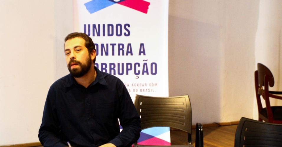 29.ago.2018 - O candidato à presidência da República, Guilherme Boulos, se reúne com membros da coalisão que compõe o movimento Unidos Contra a Corrupção, para apresentar plataforma, na tarde desta quarta-feira (29)