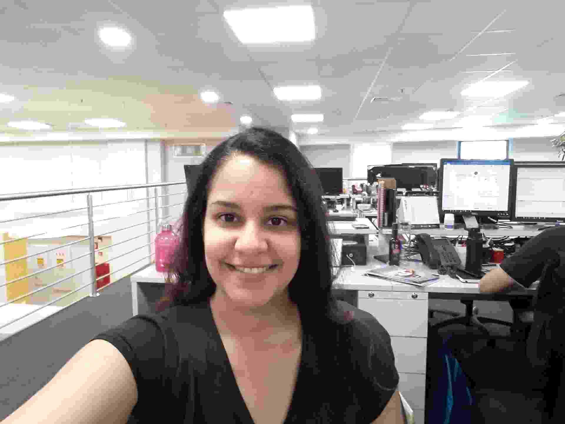 Compare as fotos das câmeras frontais dos celulares testados pelo UOL em 2018 - luz artificial Galaxy J4 - Bruna Souza Cruz/UOL