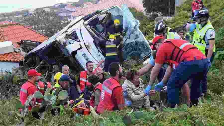 Bombeiros ajudam vítimas de acidente com ônibus de turismo na ilha da Madeira, em Portugal - RUI SILVA / AFP