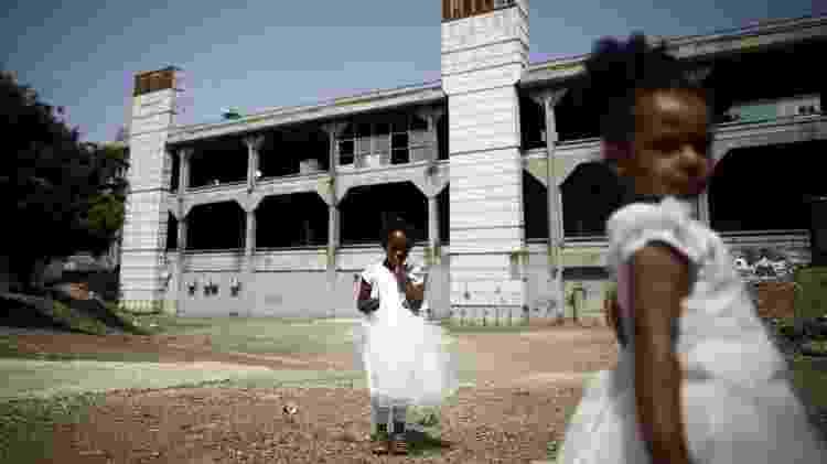 Meninas da Eritreia brincam em uma área aberta em frente à Estação Rodoviária Central em Tel Aviv, Israel - Corinna Kern/Reuters