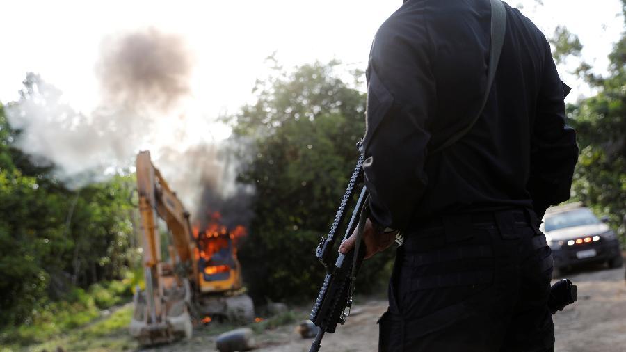 30.ago.2019 - Agente da PF olha para máquinas destruídas durante operação conduzida em conjunto com o Ibama em uma mina ilegal perto de Altamira, no Pará - Nacho Doce/Reuters