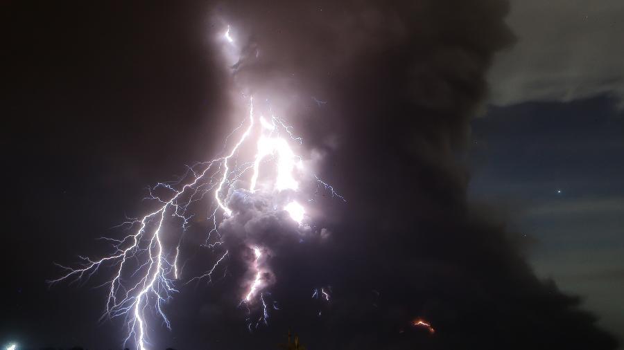 Raios saem do vulcão Taal enquanto ele entra em erupção em Tagaytay, nas Filipinas - Rouelle Umali/Xinhua