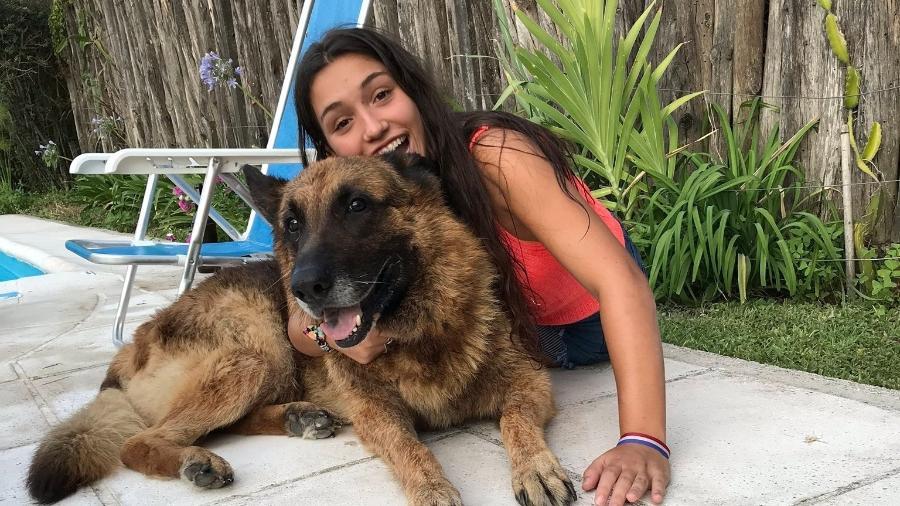 A argentina Lara e o cão Kenai momentos antes do acidente - Reprodução