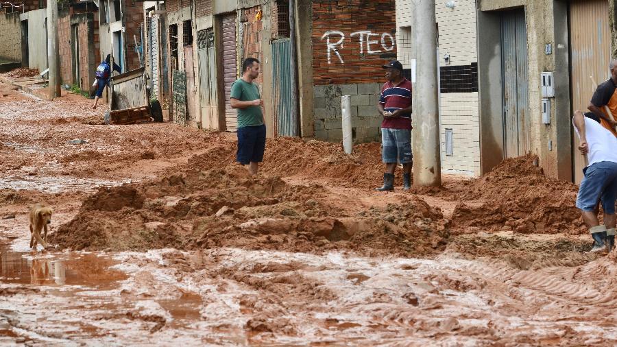 Pessoas trabalham na limpeza das ruas após chuva em Contagem (MG) - Uarlen Valério/O Tempo/Estadão Conteúdo