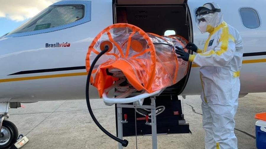 Profissional da saúde prepara maca especial para transporte de doente de covid-19 em uma UTI aérea - Brasil Vida/Divulgação