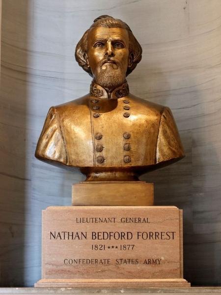 Busto do coronel Nathan Bedford Forrest, que teria sido um dos líderes da Ku Klux Klan, no Tennessee (EUA) - Reprodução