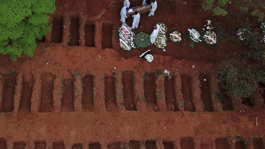 Enterro no cemitério da Vila Formosa, em São Paulo (SP) - AMANDA PEROBELLI