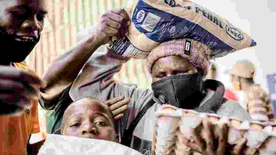 Distribuição de comida durante a pandemia de covid-19 na África do Sul - LUCA SOLA / AFP