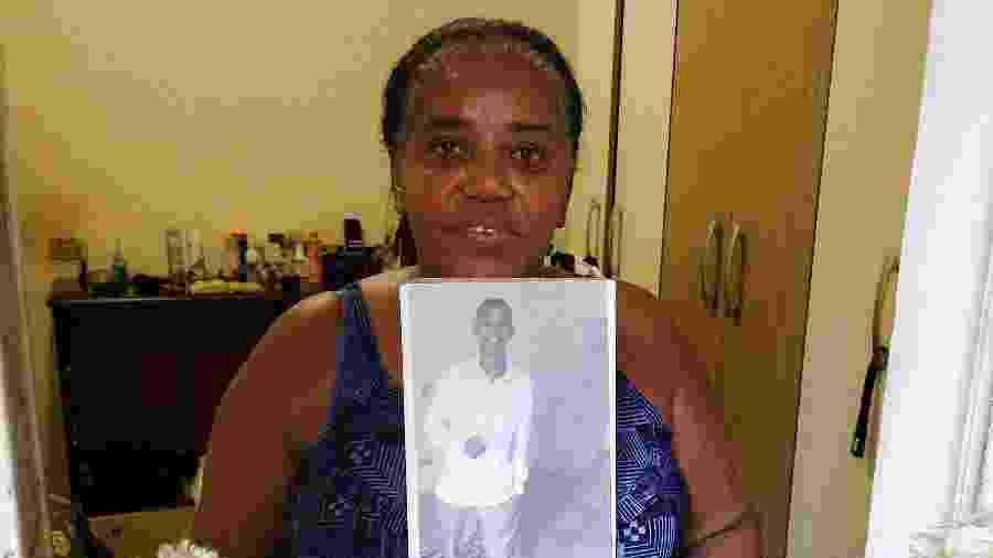 Lucinea, mãe de Joel, segura retrato do filho. Ela pede que a Justiça ouça as testemunhas que afirmam que Joel é inocente e sonha com a sua volta para casa - Marcelo Oliveira/UOL