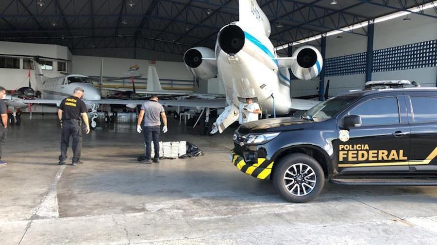 Jato Dassault Falcon 900 de uma companhia portuguesa é flagrado por policiais federais com 578 kg de cocaína no aeroporto internacional de Salvador - Polícia Federal/Divulgação