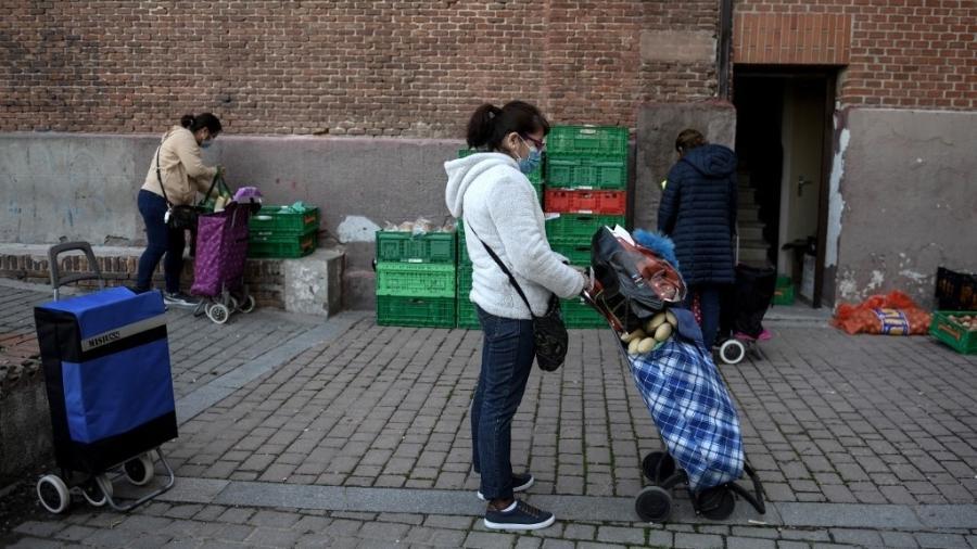 Amanda Gomez, 53 cuida sozinha de dois filhos, um deles deficiente - OSCAR DEL POZO / AFP