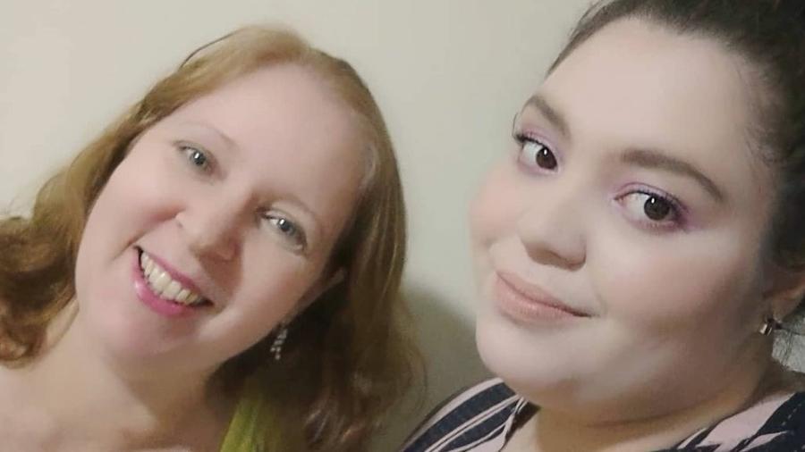 Elaine e Amanda Araújo, em foto compartilhada nas redes sociais; mãe e filha morreram de covid-19 - Reprodução/Facebook