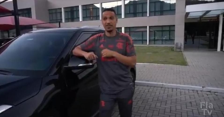 Clebinho, roupeiro do Flamengo presenteado por Gerson