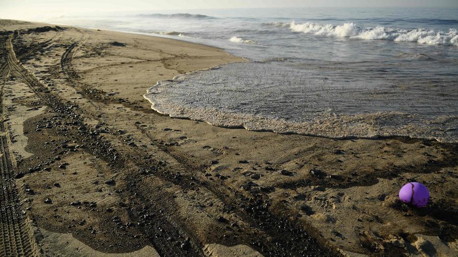 Cidade mais afetada, Huntington Beach (foto), sul de LA, teve que cancelar o último dia do Pacific Airshow - Patrick T. Fallon/AFP