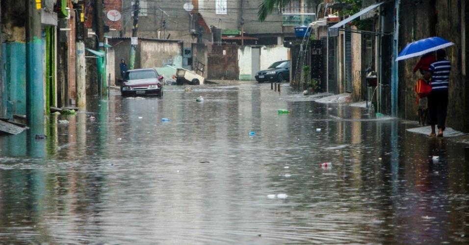 8.set.2015 - Chuva desta terça-feira alaga a rua Agreste de Itabaiana, na zona leste de São Paulo