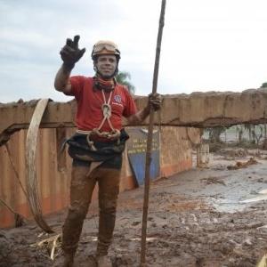 Bombeiros trabalham em Mariana (MG) em busca por vítimas - Antonio Cruz/Agência Brasil